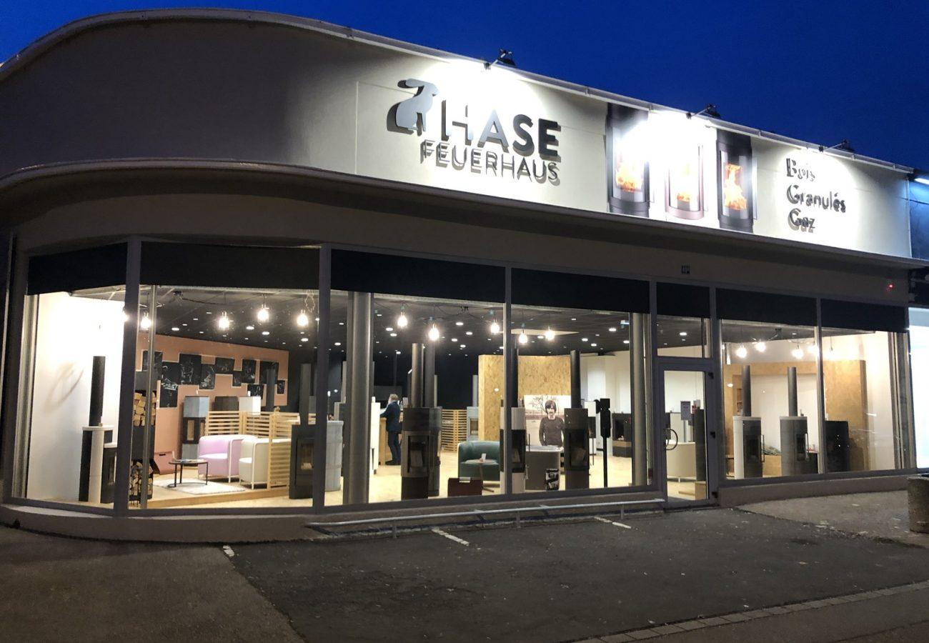 Hase-magasin-cheminee-vitrine-design-1600x